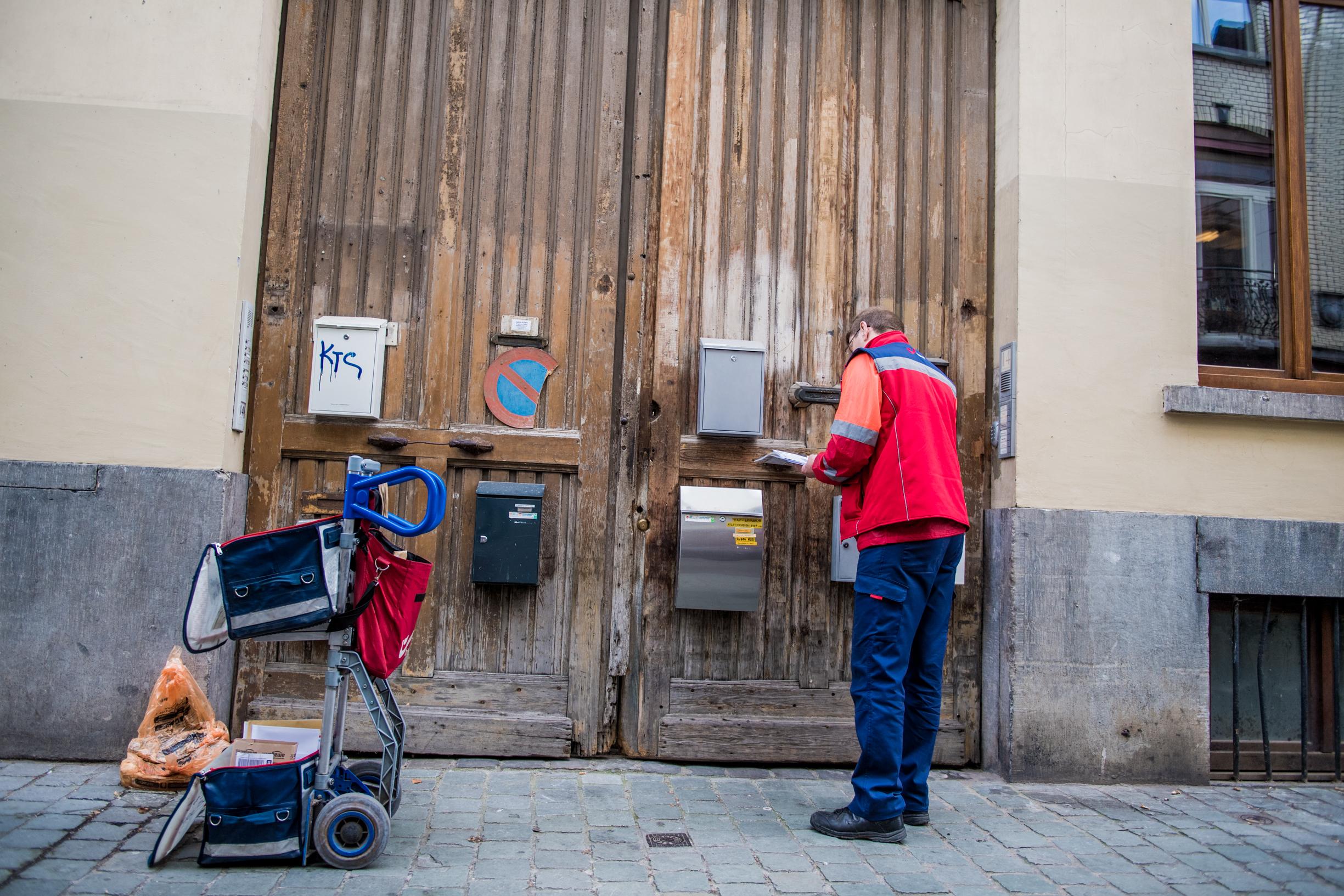 BRUXELLES, illustration facteur courrier bpost la poste lettre boite aux lettres enveloppe.GOLINVAUX MATHIEU./LESOIR