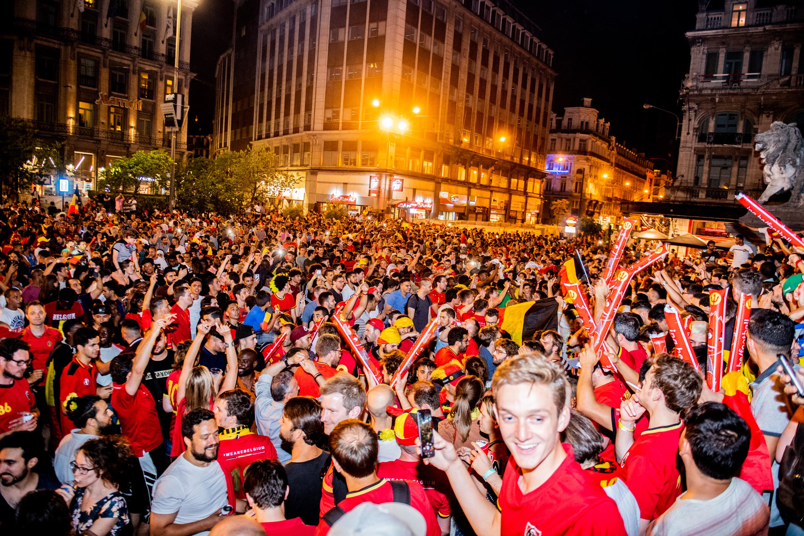 BRUXELLES, Coupe Du Monde Bresilie Belgique Quart De Finale Ambiance Supporters Devant La Bourse Bruxelles.GOLINVAUX MATHIEU./LESOIR